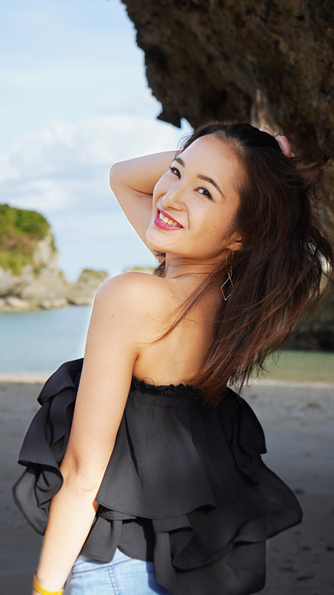 沖縄の海辺 振り返り美人